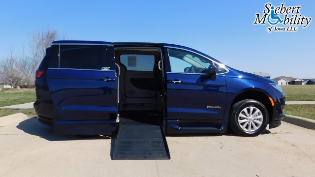 2018 Chrysler Pacifica BraunAbility Chrysler Pacifica Foldout XT Wheelchair Van For Sale